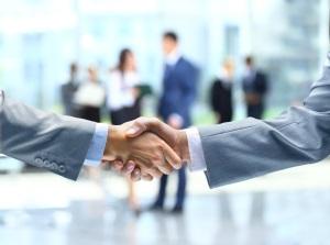 decupat_strangere de maini oameni de afaceri_108327083